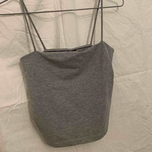 Fint grått linne, storlek M men passar både XS och S beroende på hur man vill att de ska sitta