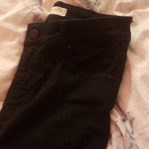 Svarta bootcur jeans från gina. Hål på knäna (Ska vara de). Modellen
