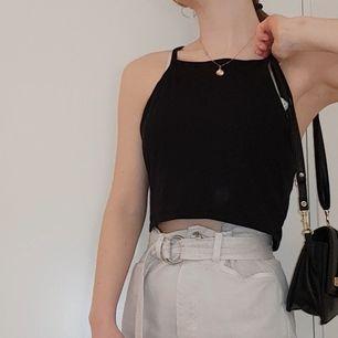 Croppat linne från H&M nästan helt oanvänt. Snyggt till sommaren 😁