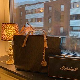 Säljer min äkta Michael Kors väska!! Väl använd, men i super fint skick. Liten fläck inuti väskan (se bild 3). Köparen står för frakten, kan även mötas upp i Malmö City.