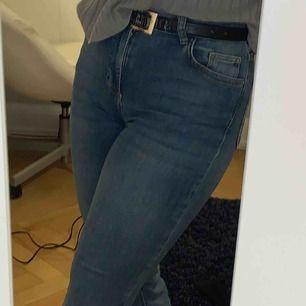 Säljer dessa bootcut jeans från Cubus!🧚🏽♂️ Köpta i somras för 300kr (tror jag), använda flertal gånger men fortfarande i fint skick!✌🏻💘 Fraktar endast, där köpare står för fraktkostnad!