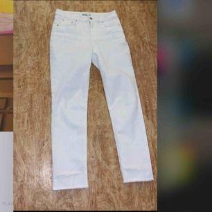 Nya trendiga vita jeans från na-kd för endast 60kr🤯❤️ Kostar 60+ 40 om jag skall frakta utanför gbg Alla kläder tvättas och stryks innan de skickas iväg☺️🦋