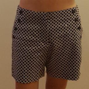 Blå/vit/röda shorts från Tommy Hilfiger. Knappar vid fakefickorna och dragkedja som gylf. Använda 2 ggr så i nyskick. Säljes för att de är för stora. Stl 8 från USA vilket motsvarar stl 38 eller M i sverige.