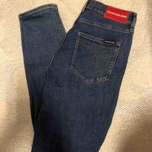 Calvin Klein Jeans 010 High rise skinny ankle. Oanvända. Köpta i Calvin Klein Store, Melbourne för ca en månad sedan. Säljes pga fel storlek. Nypris ca 1000kr.