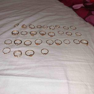 ringar som inte kommer till användning då jag råkade köpa sett som jag redan hade sedan innan. köp alla ringar för 200kr, alla de ringarna med detaljer (1a bilden) för 100kr, alla de simpla ringarna (2a bilden) för 100kr.