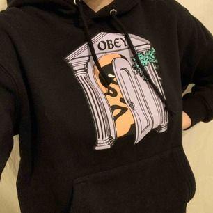 Snygg Obey hoodie, storlek XS passar också S, använd 1 gång