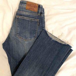 Fina Crocker bootcut jeans  Avklippta med slitning i sömmen