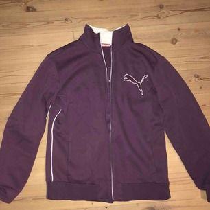 Vintage Puma sweatshirt med dragkedja. Storlek L men skulle säga att den är liten i storleken. Passar mig bra som är S/M. Frakt står köparen för.