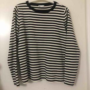 En svart och vit randig väldigt mjuk tröja från Cubus. Passar med mycket! Knappt använd och kan postas mot betalning.