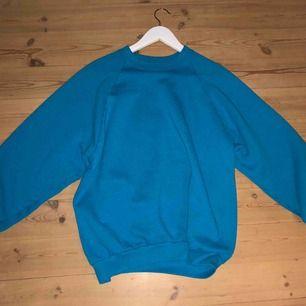Skitcool vintage sweatshirt i snygg färg. Storlek M. College-aktig modell, dvs sitter lite oversize i framförallt ärmarna. Köpare står för frakt.