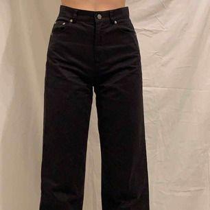 Snygga byxor, materialet är inte riktigt jeans material utan mer mjukt, storlek 34, jag är 176 och jeansen slutar ungefär vid ankeln