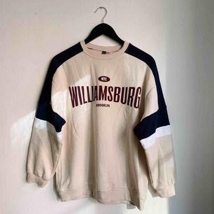 Mjuk collegetröja från HM med text Williamsburg- Brooklyn på. Rund hals och mudd. Storlek S.