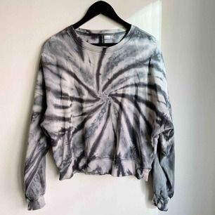 Snygg hoodie med batikmönster! Mudd. Kortare och bredare modell. Riktigt snygg till höga jeans.