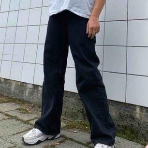 Ej mina bilder! Säljer de superpopulära byxorna Yoko från Monki. Supersnygga vida jeans, älskar dessa men de behöver säljas🥰
