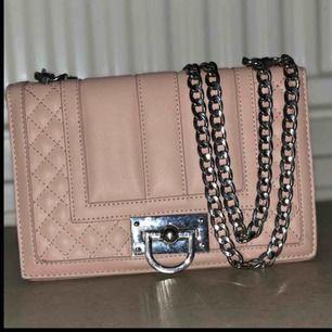 Jätte fin rosa väska i helt oanvänd skick då jag har en likadan fast i svart, kan bäras som cross over också🌸