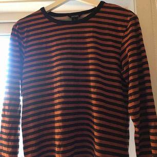 Orange/brun svart randig långärmad tröja från Monki, super skön men kommer tyvärr inte till användning☺️💘