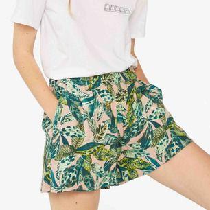 Såååå cola shorts från monki. modell som bild 1, mönster på bild 2. Typ t-shirttyg. Är nu lite för korta för mig så måste sälja.