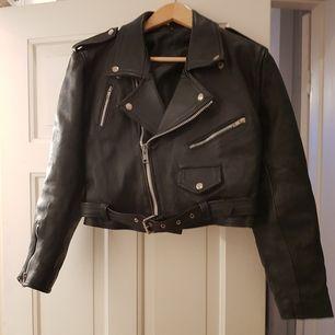 Jackan är från 80-talet. Den här tjockare skinn och foder, så den kan användas året om. Modellen är kort med ganska stora axelvaddar. Den är märkt stl XL men nog snarare Den kan hämtas på lämpligt ställe i Stockholm. Annars betalar du fraketen.