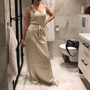 Super fin klänning som passar till bal och festligheter helt i strl 34 hänger lite i marken men passar en som är ca.175