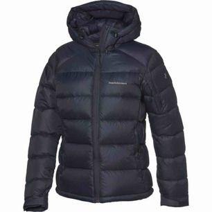 Funderar på att sälja min peak jacka i superfint skick! Storlek S marinblå färg!