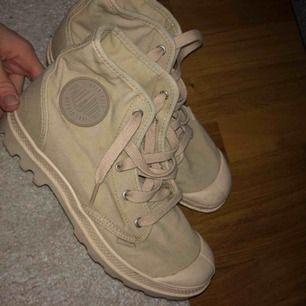 Jättesnygga skor ifrån palladium, kommer tyvörr aldrig till användning, nyskick använda en gång!