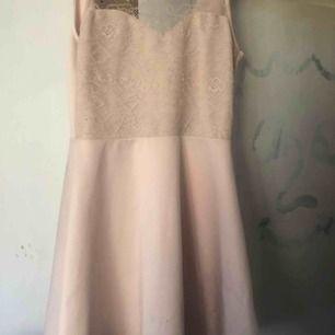 Säljer nu denna fina klänning perfekt till studenten eller skolavslutningen är öppen i ryggen å är i en rosa nyans med spets