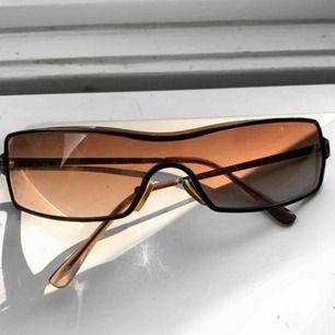 Coola solglasögon som tyvärr inte används längre men dem gör mycket för en outfit. Obs dem är lite repiga skriv för fler bilder