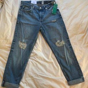 Hm boyfriend jeans. Low waist. Helt nya.  Stl 36. Kanske en liten 38 också.  Post (45kr) Hämtas upp i Hornstull 💜