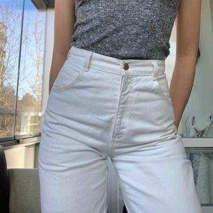 Snygga vita högmidjade jeans köpta vintage i Köpenhamn. Jag är 178 och slutar precis vid fotleden på mig. Har oftast 27 i midjan och dem sitter perfekt på mig men skulle även funka på nån som är mindre:)