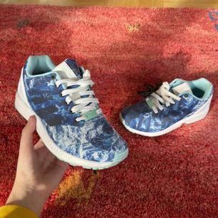 Supersköna och balla adidas flux sneakers, använda 1/2 gånger! Frakt: 95kr