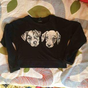 Supersöt croppad sweatshirt med hundar. Använd men i fint skick! Passar även xs skulle jag säga.  Vid frakt står köparen för kostnaden 🌞