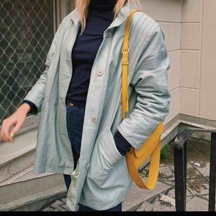 Ljusblå skinnjacka som passar både på hösten och våren men även vintern med en varm tröja under:) köpt vintage