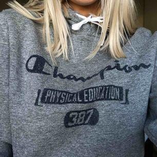 Såå skön hoodie från champion tyvärr kmr den ej till användning, köpare står för frakt!💞