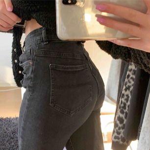 Säljer ett par as snygga svarta jeans från H&M i storlek 36. (jag är 1.63 cm och jag brukar vika upp dom. Jeansen har hål vid varje knä och även slitningar . Passar som en xs/s hör av er för fler bilder💜