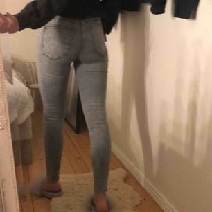 Jeans ifrån Zara i fint skick. Ljus grå med ett litet hål på höger knä. Går att mötas upp i Stockholm