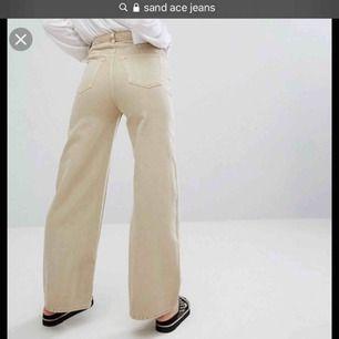 Säljer dessa mjuka vintage beiga Ace jeans från weekday i färgen SAND. Knappt använda och väldigt mjuka är de. Slutsålda överallt tyvärr och jag säljer pga att de blev för korta på mig:/ frakt tillkommer 💕