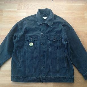 Supercool oversize jeans jacka, storlek 34. Frakt kostar 63:- eller hämtas i Stockholm 🤡