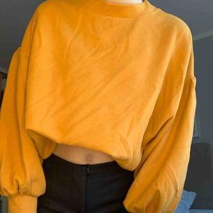 Senapsgul tjock tröja med ballongärmar köpt från chiquelle, har stoppat in den i min bh litegrann men den har likadan mudd längst ner som den har på ärmarna! Frakt tillkommer