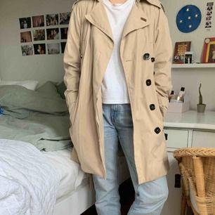 Superfin zara basic trench coat!!! Har bara så många sådana här så kommer inte t användning! Priset är inkl. frakt!!