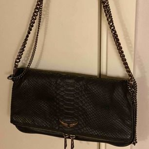 Ca 1 år svart Zadig & Voltaire väska inköpt i deras butik i Sthlm för 3699kr. Modell: Rock Savage Noir Försiktigt använd men lite rost färgad på korta kedjan och lilla logon framtill.  I superfint skick och kommer med båda kedjorna samt dustbag till.
