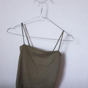 Säljer min ginatricot linne för den har blivit alldeles för liten :/. Den är militärgrön, kan mötas sthlm!
