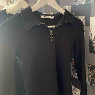 Cool svart tröja från NAKD, i kortare modell. Använd fåtal gånger, så i fint skick! Nypris 249 kr🌼