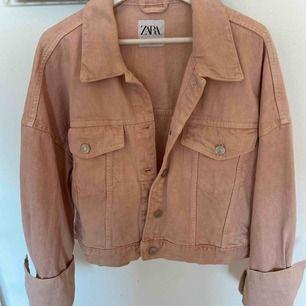 En rosa jeansjacka från Zara💕Aldrig använd! Den är sjukt snygg nu till våren och är ganska oversized med lite större ärmar. Storlek s/m