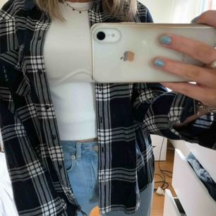 Jättesnygg blå&vit rutig skjorta i storlek M (ganska tajt i modellen). Endast använd en gång. Köpare står för frakt!!🤛🏽