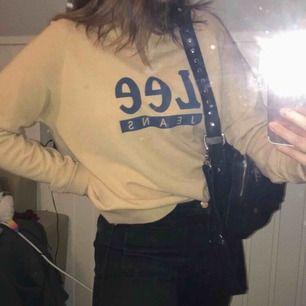 Lee-jeans tröja, inköpt på Carlingsbutik i Göteborg. Knappt använd och i väldigt fint skick. (Inget fel på tröjan, smutsig spegel helt enkelt).  Storlek M men sitter bra på mig som har S.  Möts i Stockholm annars står köparen för frakten.