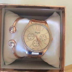 Jättefin klocka och armband i rosegold ALDRIG ANVÄNDA!! )medföljande extra delar) säljer då jag inte använder smycken i denna färg 🥰🥰