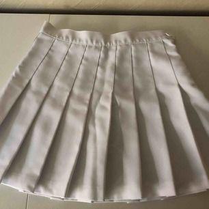 Tenniskjol köpt på American Apparel. Använt 1-2ggr för flera år sedan. Får ej på mig dessa längre.