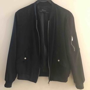 Trevlig bomberjacka från Zara  som inte matchar min stil längre. Klär sig snyggt på! Använd fåtal gånger och helt felfri 🧚🏻♀️ skickas på bästa möjliga sätt spårbart el med frimärke❤️