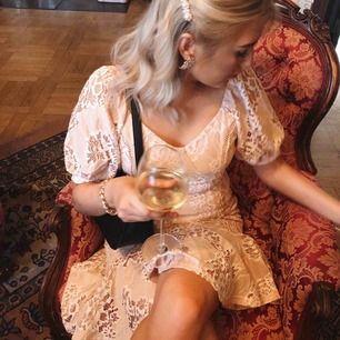 Så fin klänning från Nelly Eve, använd 1 gång. Passar så bra till finare tillställningar