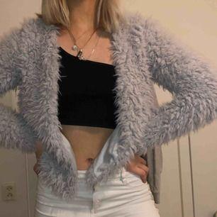 Ljusgrå fake päls jacka/kofta utan dragkedja från Gina Tricot, sitter väldigt bra